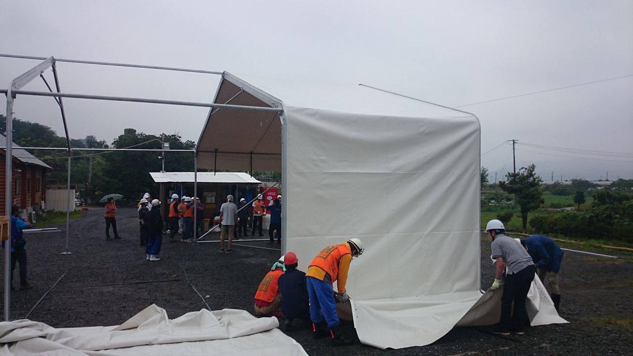 巨大テント建ての補助作業