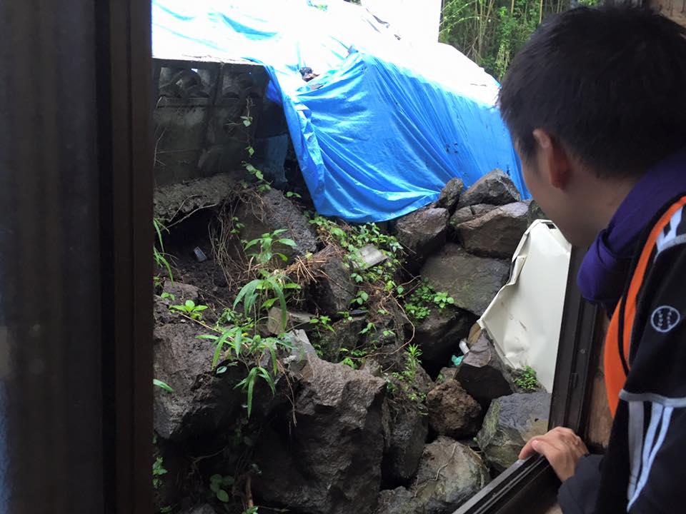 家の裏側は崩れた擁壁の石や、上の段から落ちたブロック塀が眼前に(屋内から撮影)