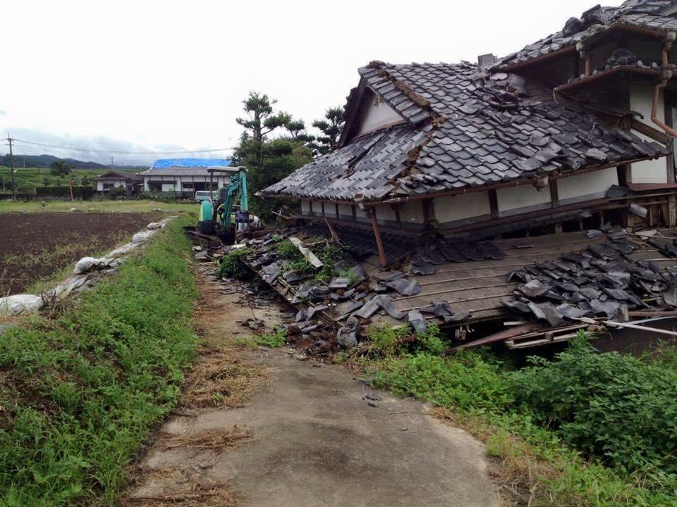 家が崩れて通れなくなった農道を…