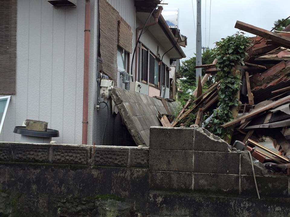 ブロック塀が隣家を直撃。