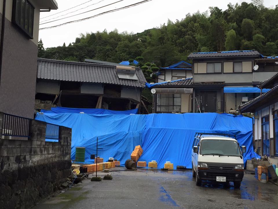 幅30mくらいの擁壁が崩れ、雨が降る度に泥が流れ出し…