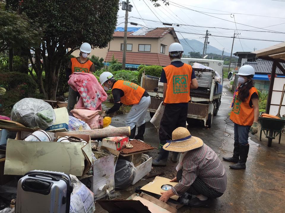 壊れてしまった家から運び出された冷蔵庫や家具や瓦などを集積場に運びました。