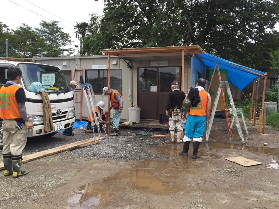 入り口には、それまで靴が濡れないようにブルーシートを吊ってあっただけですが、立派な庇の出来上がり。トイレまではブルーシートの屋根