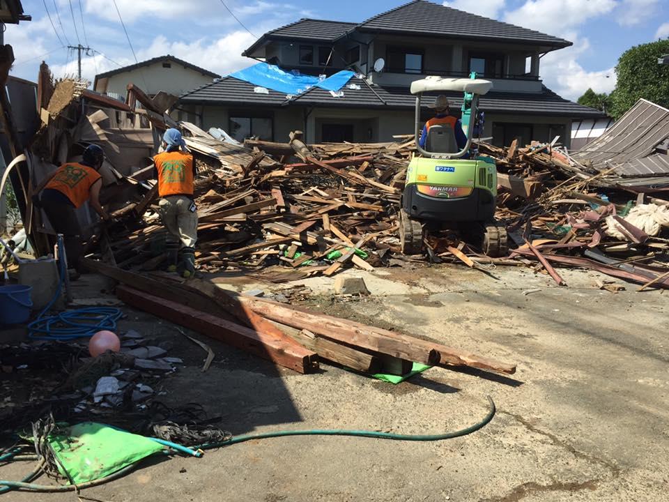 重機で崩れた納屋から道具を捜索